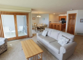 Living Room of 3 Bedroom Resort Suite at Door County Hotel Glidden Lodge